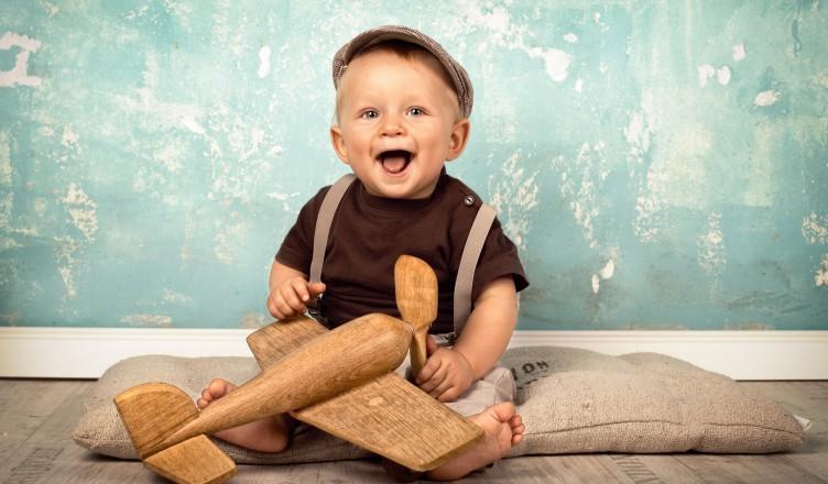 Baby spielt mit Holzspielzeug